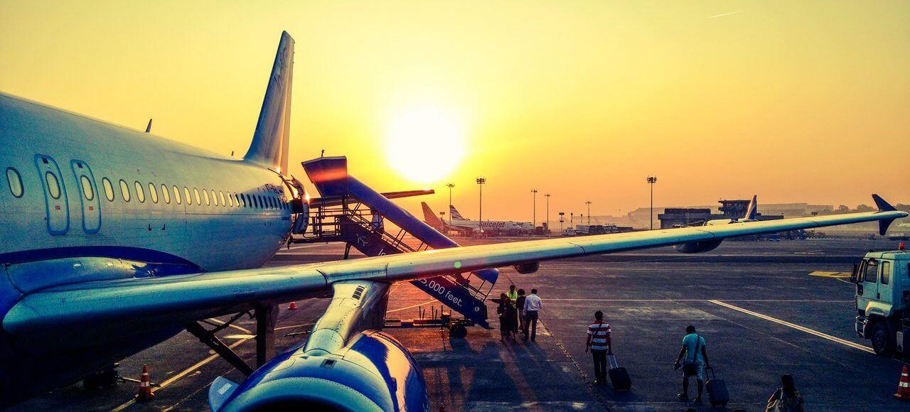 Samolot o zachodzie słońca